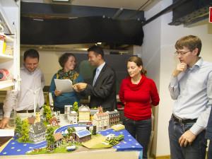 Die CDU-Delegation begutachtet ihr Diorama, um kleine Details abzustimmen.