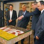 Ole von Beust begutachtet das CDU-Diorama