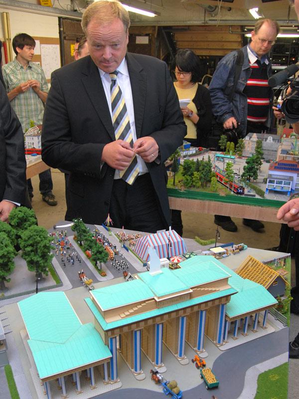 Dirk Niebel am Diorama der CSU