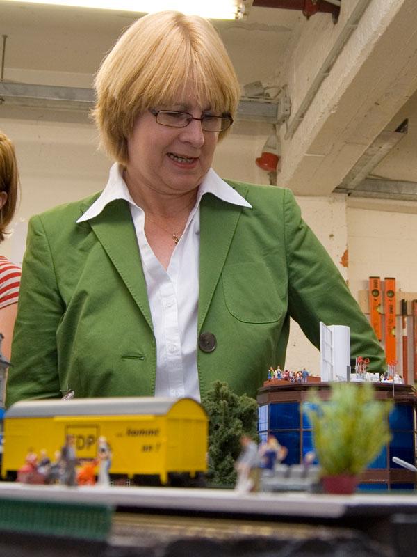 Krista Sager begutachtet das Diorama der FDP.