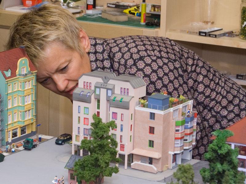 Renate Künast am Diorama der Grünen.