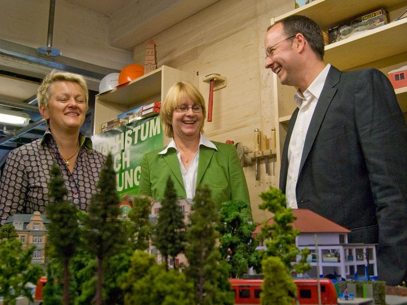 Renate Künast und Krista Sager von den Grünen zusammen mit Geschäftsführer Frederik Braun vom Miniatur Wunderland.