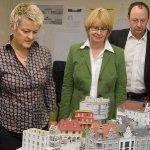 Renate Künast und Krista Sager am Diorama der SPD.